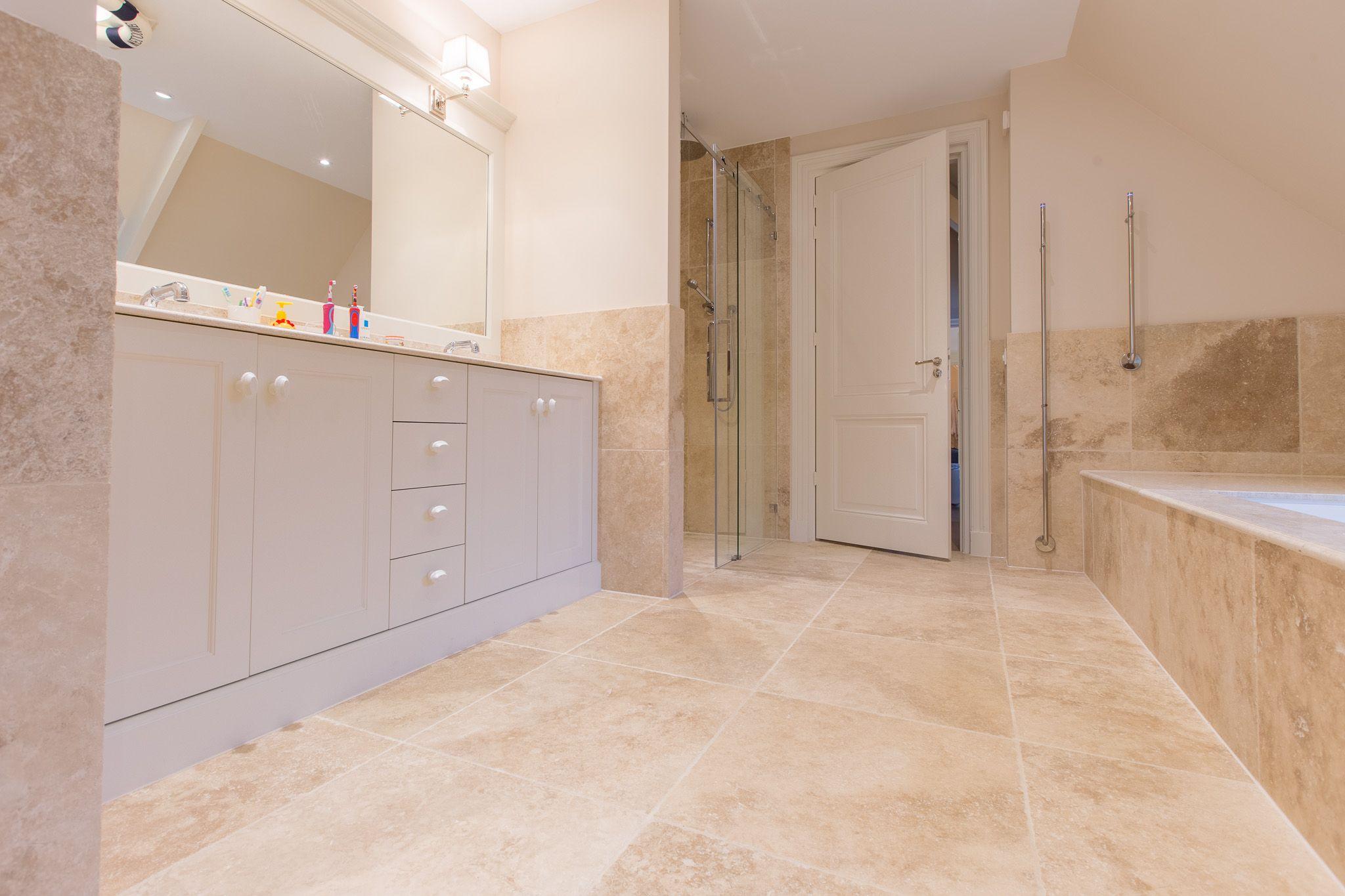 Travertin Tegels Badkamer : Prachtige travertin badkamer met perlato maatwerk door van den