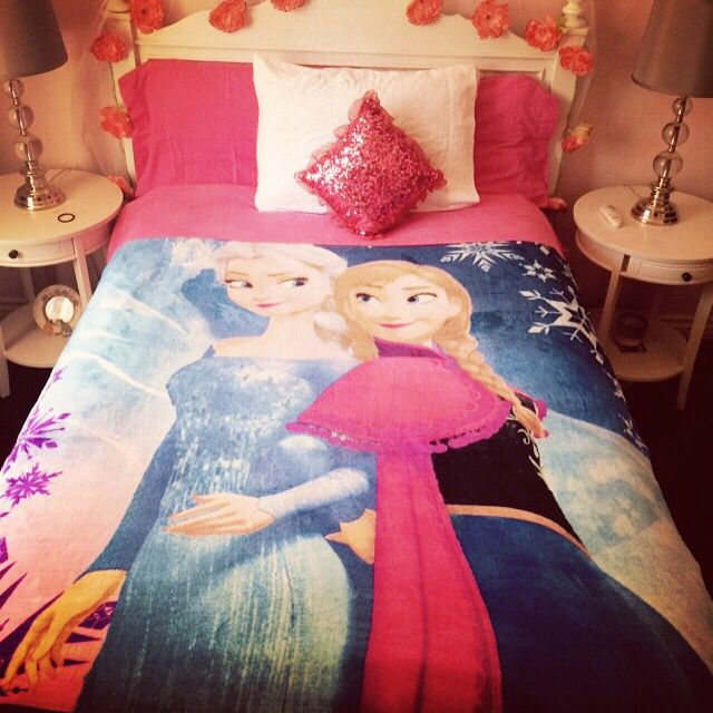 My teenager daughter decided to decorate her bed with a Frozen character blanket and I love it!! I guess you are never to old to decorate with any characters! ❤️