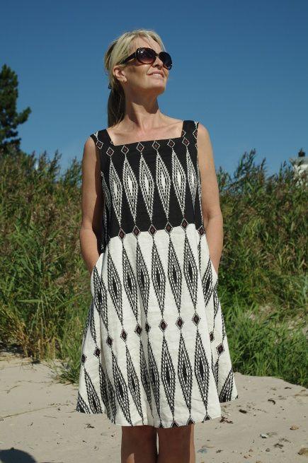 4d3c6461990b En jätte fin klänning från Baldino i en bra modell med kryss i ryggen.  passar fint på de flesta. Infällda fickor i sidorna. 55% Ramie 45% Viscose  Tvättas i ...