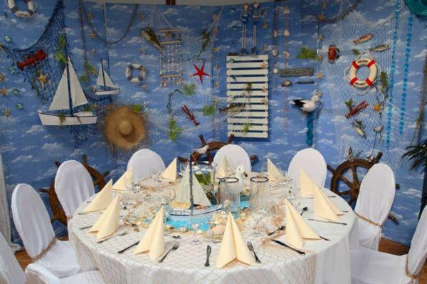 maritime-dekoration-tischdeko-machen-runder tisch-weiße stühle