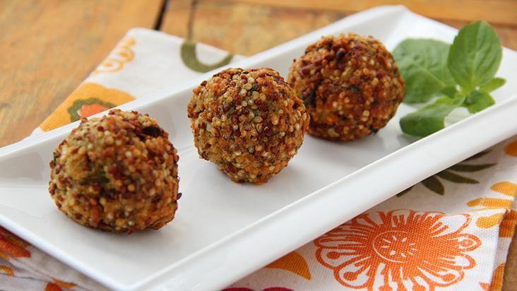 Bolinho de quinoa pode ser entrada, acompanhamento e até prato principal