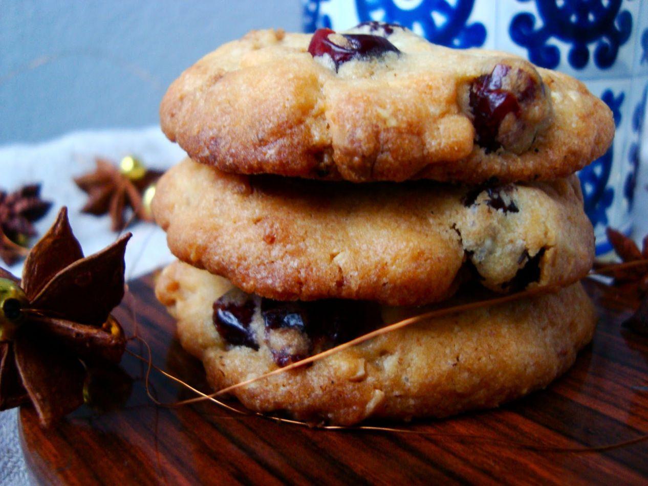 Kaksi viikkoa jouluun! Vietämme joulun pohjanmaalla ja mukaan vietävien listalla on lahjojen lisäksi kaikkia herkkuja syötäviksi :) Tässä yksi niistä nimittäin jouluiset cookiet. Tein näitä keksejä…