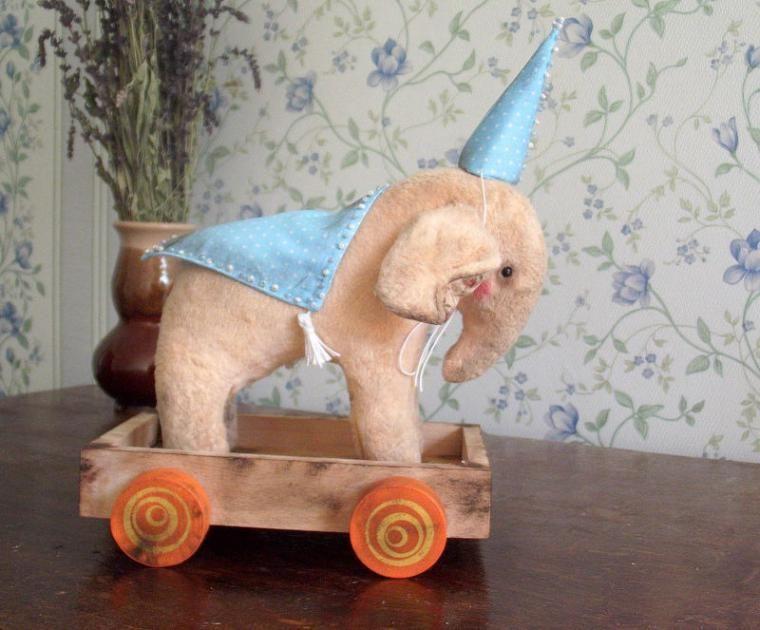 Моя любовь к слоникам появилась как то внезапно, моя подруга подарила мне обыкновенную фарфоровую фигурку слоника, просто так, без причины и повода, принесла и вручила мне этого милашку(жаль нет фото), он живет сейчас на подоконнике в доме родителей, в моей бывшей комнате. Вторым слоном моим слоником стал для меня слоненок которого я а слепила сама из глины, глины которую нашли в Крымских гор…