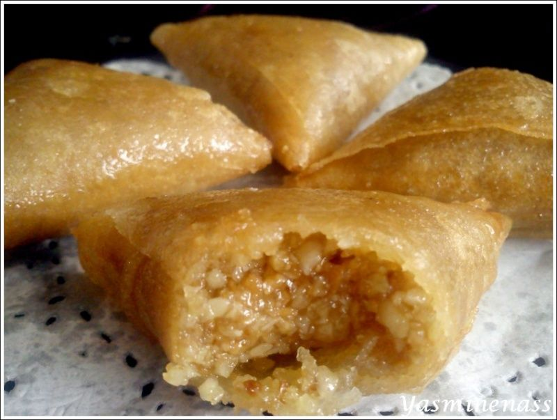 Salam alyakoum/bonjour, Aujourd'hui, je viens combler un manque dans mes pâtisseries orientales, en fait c'est une recette que je fais depuis très très longtemps et pourtant je n'ai encore jamais publier celle ci sur mon blog. Je vous présente donc les...