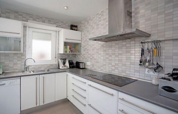 resultado de imagen para cocinas blanca con cubierta en madera gris
