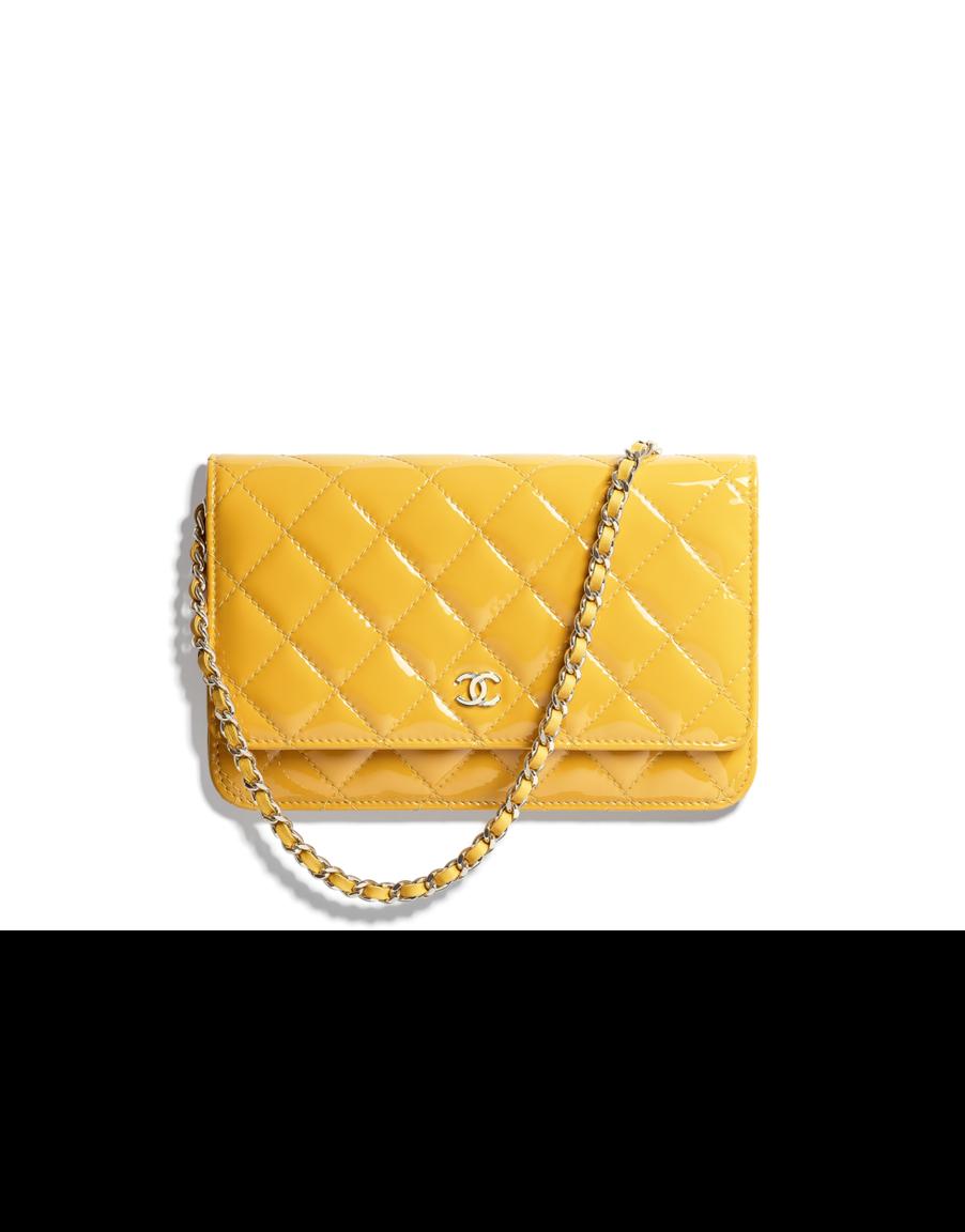 Pochette avec chaîne Classique, veau verni   métal doré-jaune - CHANEL RTW  SS 2018  Chanel  ChanelEphemeralLandscape  ChanelSpringSummer 2018  SS18 ... ee3ab52cf6a
