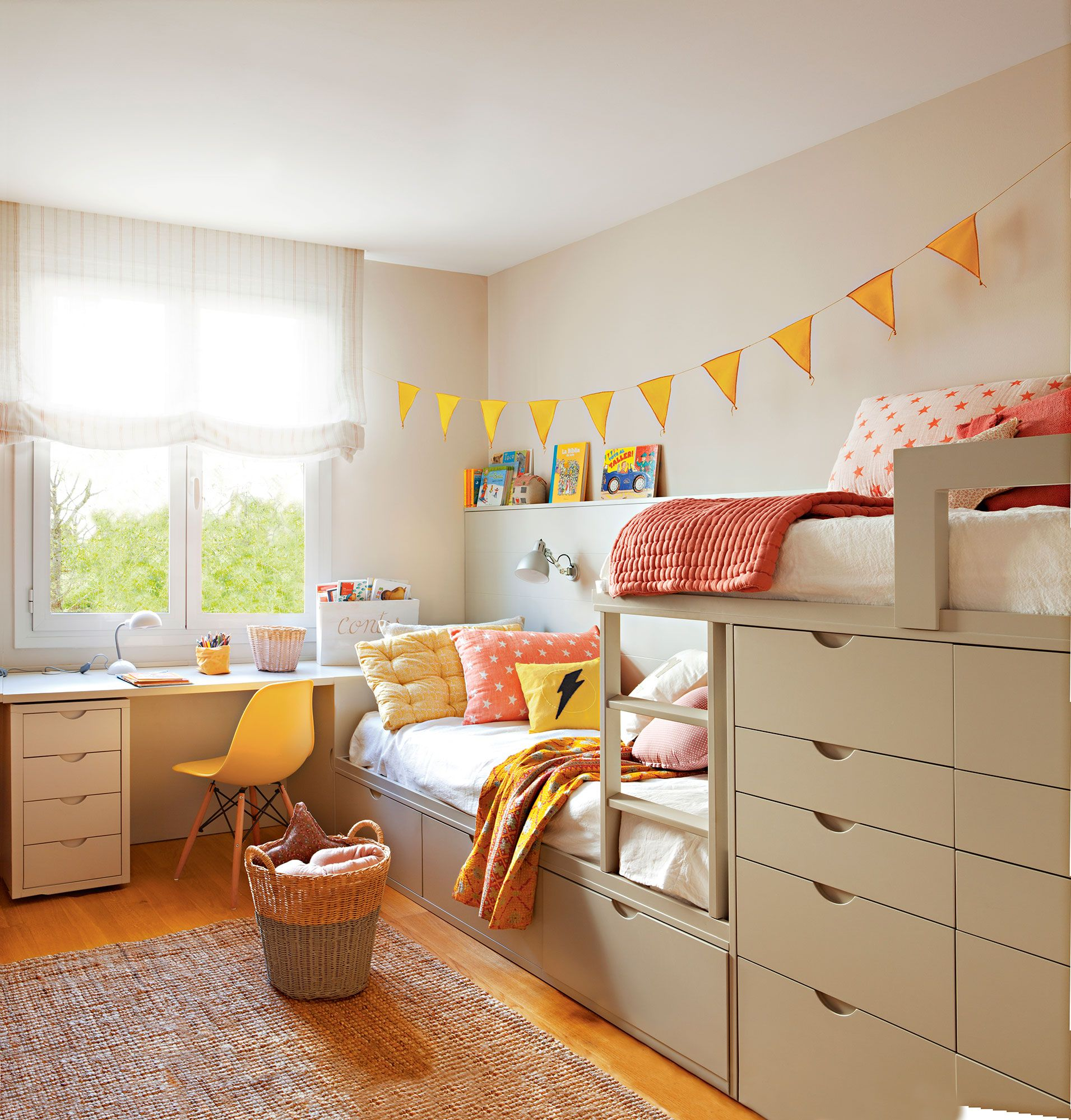 Habitaci n infantil con litera tipo tren y zona de estudio - Decoracion habitacion estudio ...