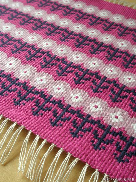 ガーベラ柄のブンデンローゼンゴンが織り上がりました。ガーベラと言い切るには、ちょっとまあアレなんですが…。季節的には、色々ちょうどいい感じです。今回は、糸...