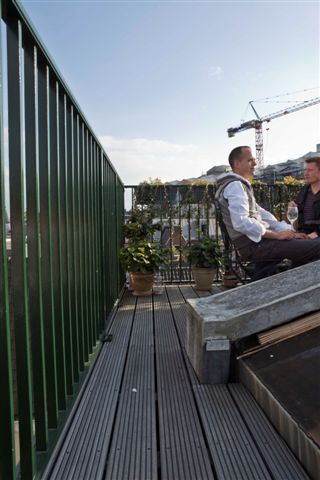 Uitzicht op de Amstel en de Stopera. Een kleine maar zeer fijne buitenkamer, aangelegd door Dakterras.nl, met vergunning op een monument. Waanzinnige skyline en als de zon schijnt, schijnt hij altijd op het dakterras. Heerlijk!