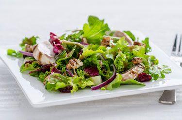 Salade au poulet grillé arrosée de vinaigrette Balsamique aux baies