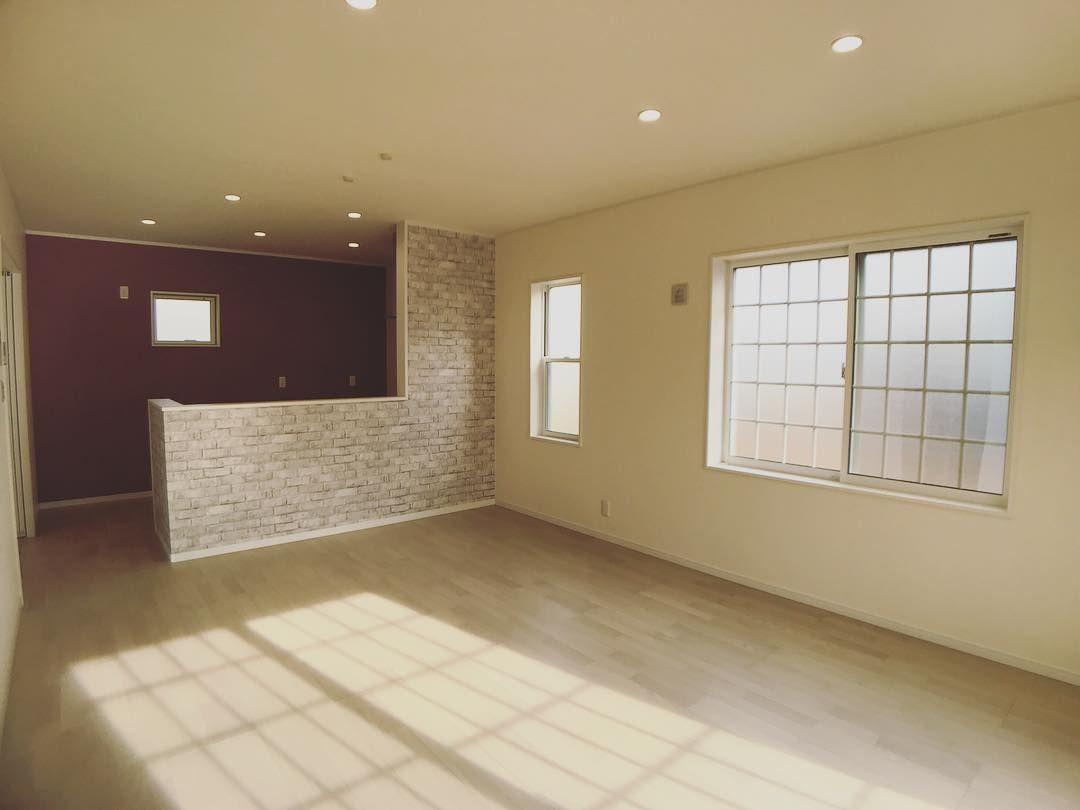 女性に人気のフレンチエレガントスタイルなリビングダイニング 明るい日差しとアクセントクロスが目を惹く空間 Tile Floor Flooring Bathroom