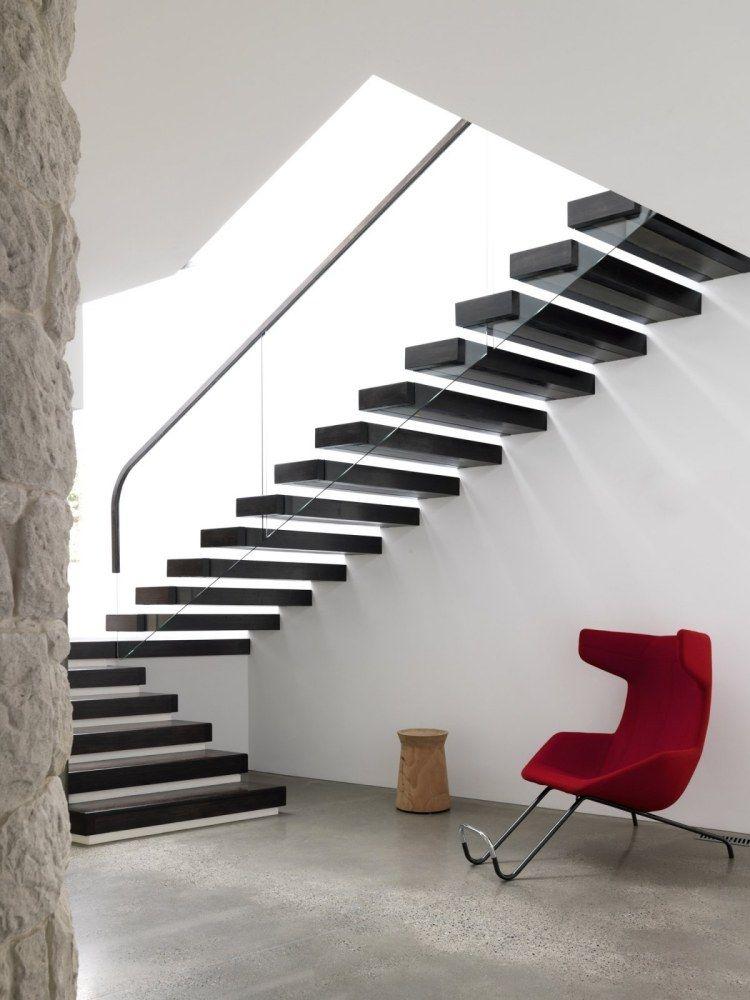 Treppenhaus als Eyecatcher - schwarze schwebende Treppen und roter ...
