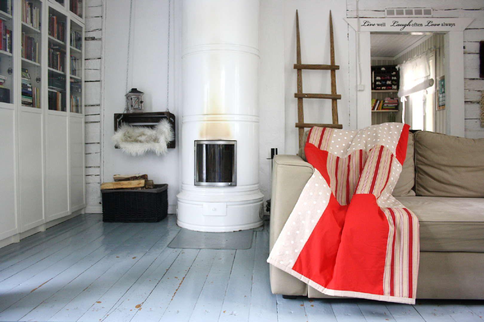Punasävyinen tilkkupeite tuo lämmintä värikylläisyyttä valkeaan takkahuoneeseen. Klikkaa kuvaa, niin näet tarkemmat tiedot!