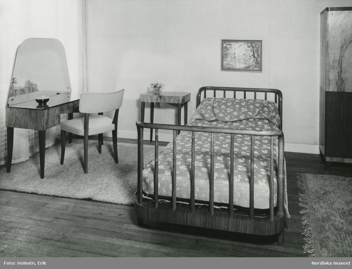 """Axel Einar Hjort. Möbelutställning på Nordiska Kompaniet, """"Vackra möbler"""" maj 1937. Sovrumsmöblemang formgivet av Axel Einar Hjort. Säng, sängbord, toalettbord, stol. @ DigitaltMuseum.se"""