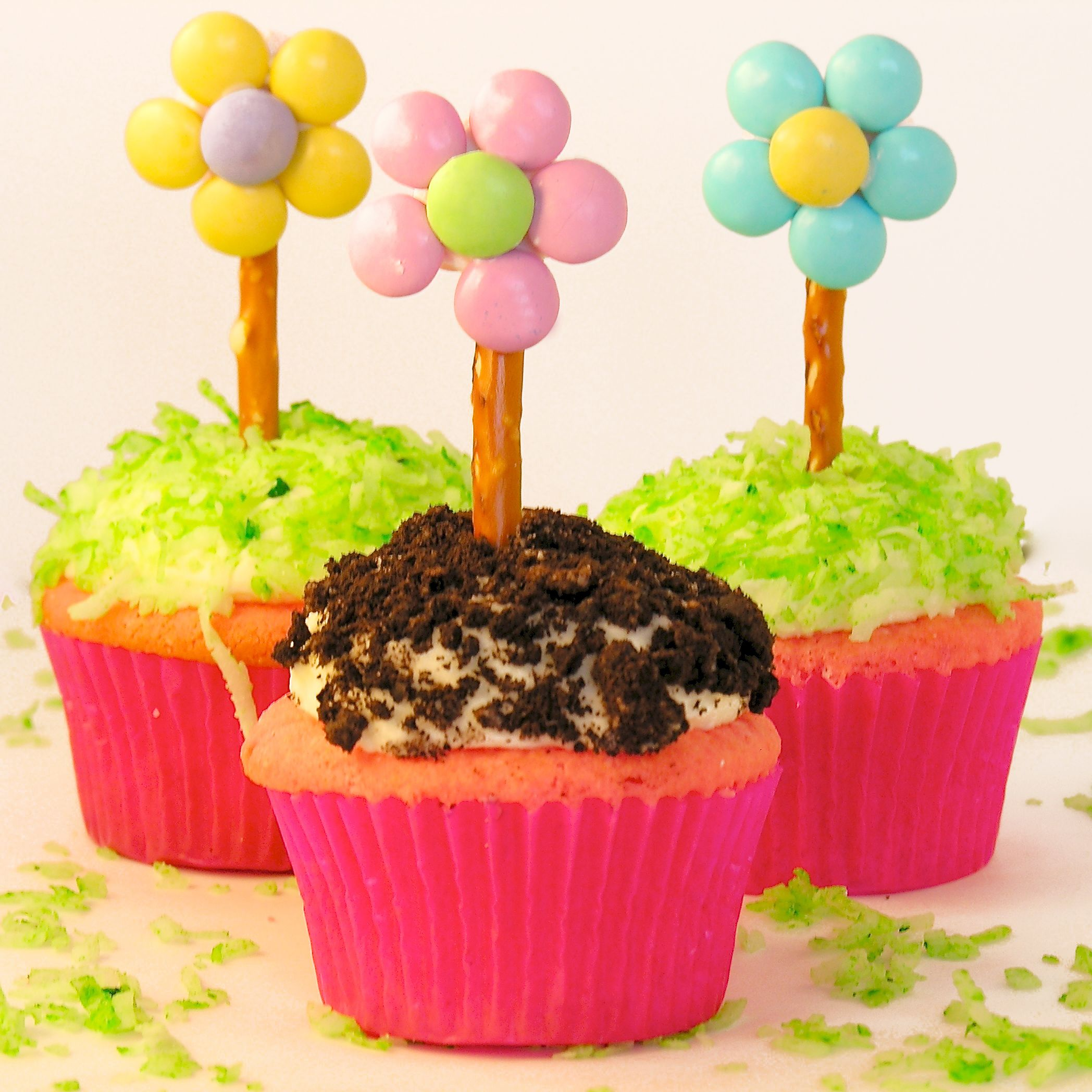 Flower Pot Cupcakes!!!!  Find the recipe at easybaked.net