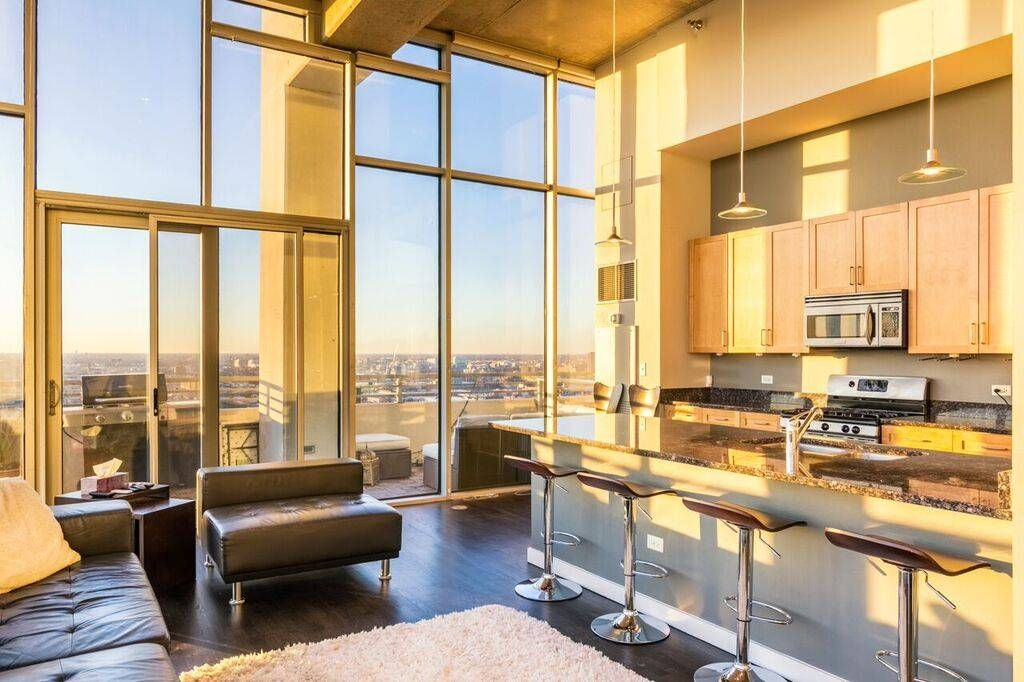 This South Loop Chicago Modern Apartment Has Floor To Ceiling Windows And Flooded With Natural Light An Open Kitchen Granite Countertops Domu