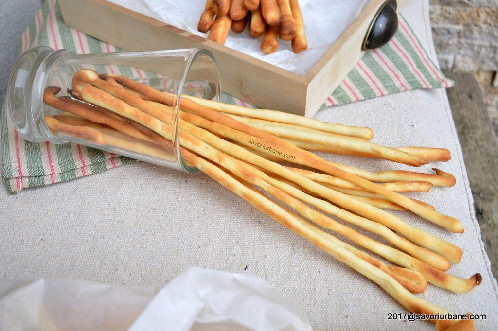 Grisine de casa crocante reteta pas cu pas. Grisine simple cu ulei de masline si sare, cu sau fara ierburi aromatice. Sunt niste saratele simple si gustoase