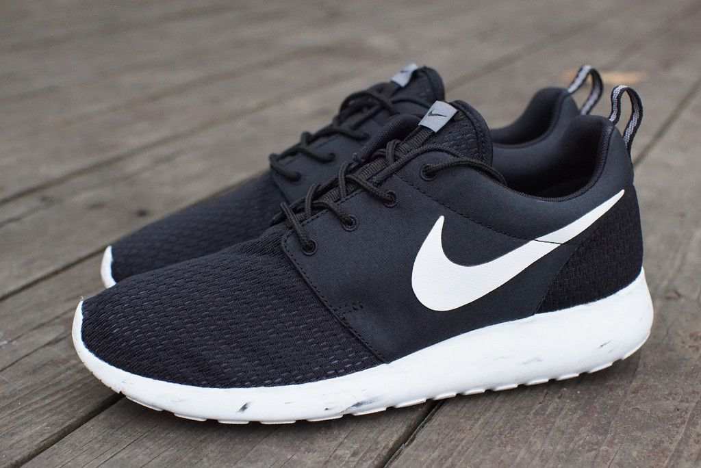 black and white nike roshe run