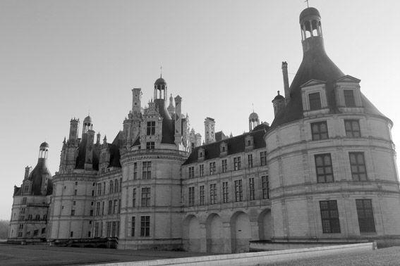 O Vale do Loire tem uma série de castelos impressionantes, mas alguns chamam mais atenção que outros. O Château Chambord é, sem dúvida, um dos que emocionam os viajantes! O Chambord é elegante, imponente, enorme, uma obra prima da arquitetura renascentista.
