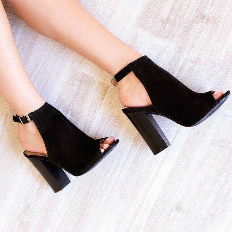 pinterest: @ nandeezy † | Shoes | Saltos pretos, Sapatos