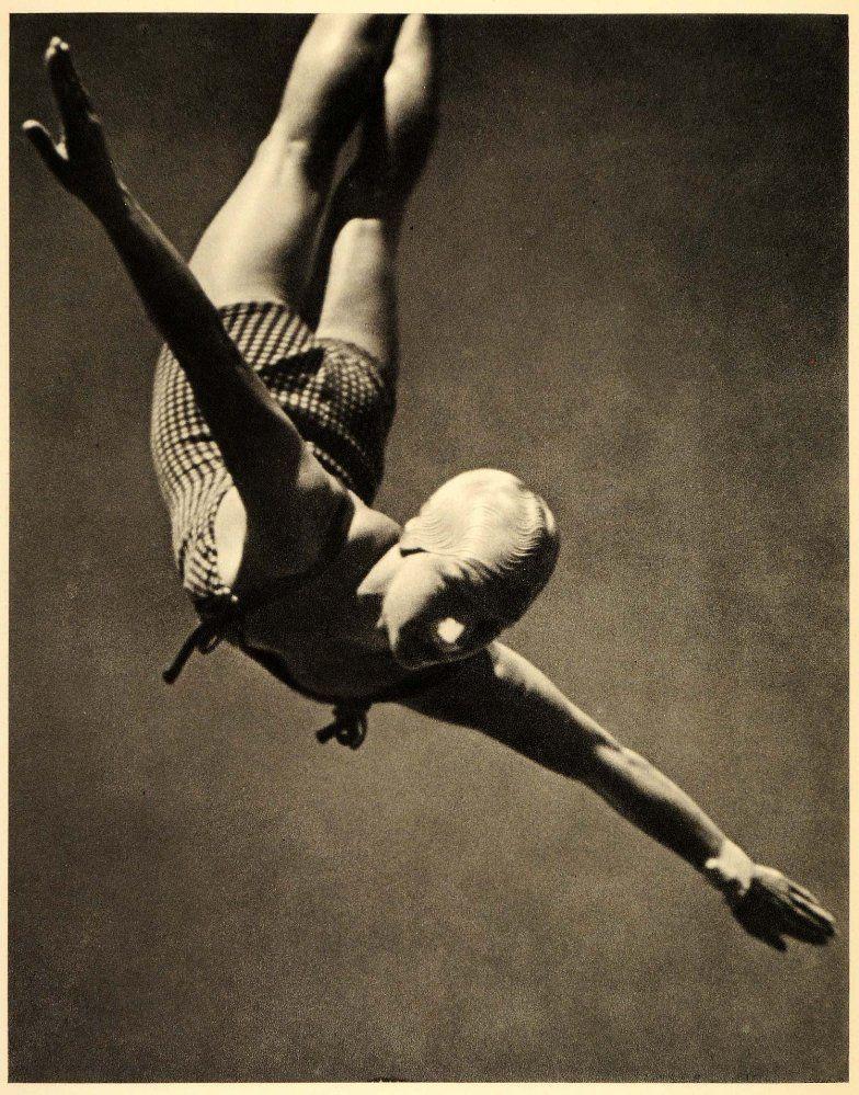 85. Salto de trampolín femenino. Plano contrapicado contra