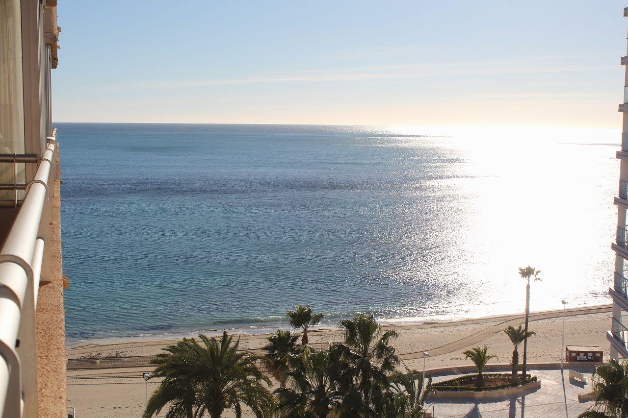 Apartamento en venta en #Calpe, en el edificio AguaMarina, en primera línea de playa Fossa/Levante. Situado en 9ª planta, cuenta con 83m² distribuidos en 2 dormitorios y 1 baño, cocina independiente, salón-comedor y terraza con bonitas vistas al mar.