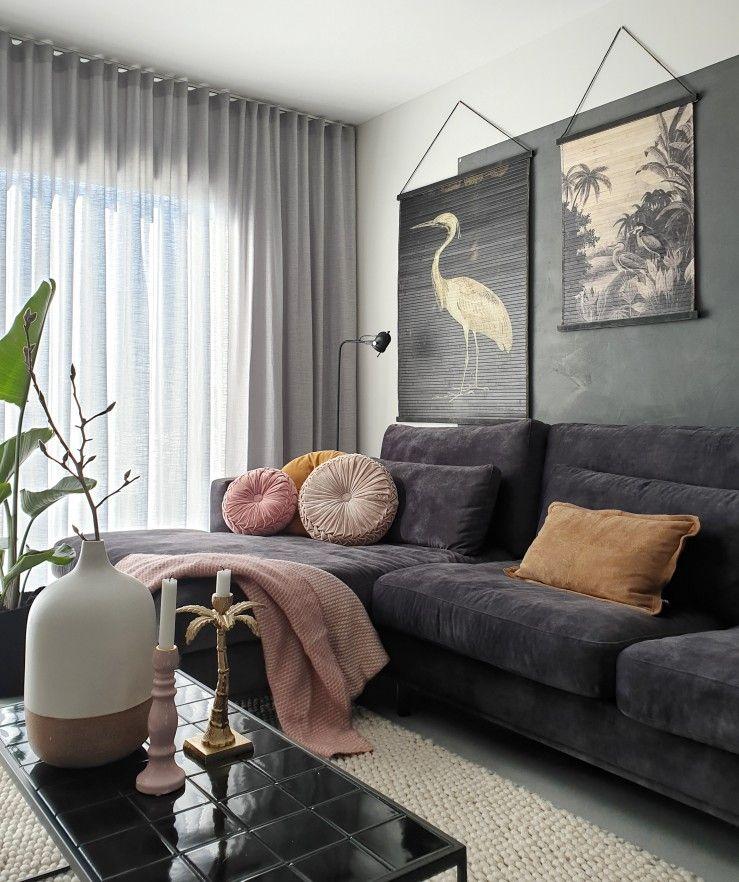 een stoere, zwarte, velvet loungebank als basis van je hotel chique interieur  #woonkamerinspiratie