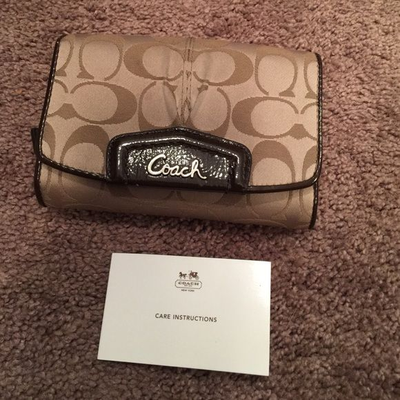 Authentic Coach Wallet Has pocket for cash, ID, 7 credit cards two pockets behind card clots and a zippered compartment for change. ID pocket's plastic has a crack. See pictures. Coach Bags Wallets