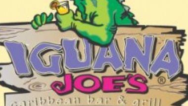 """Igua-na-chos, Quesadillas, Club Sándwiches, Hamburguesas USDA, Jerked Chicken, Coconut Shrimp, Sizzling Mahi-Mahi Fajitas, """"y las mejores costillitas del Caribe."""" Galardonado con el premio a la cocina Caribe, preparada con ingredientes frescos en un divertido espacio del centro de la ciudad con un legendario bar que sirve cocteles de fruta congelada y elixires servidos en medio litro."""