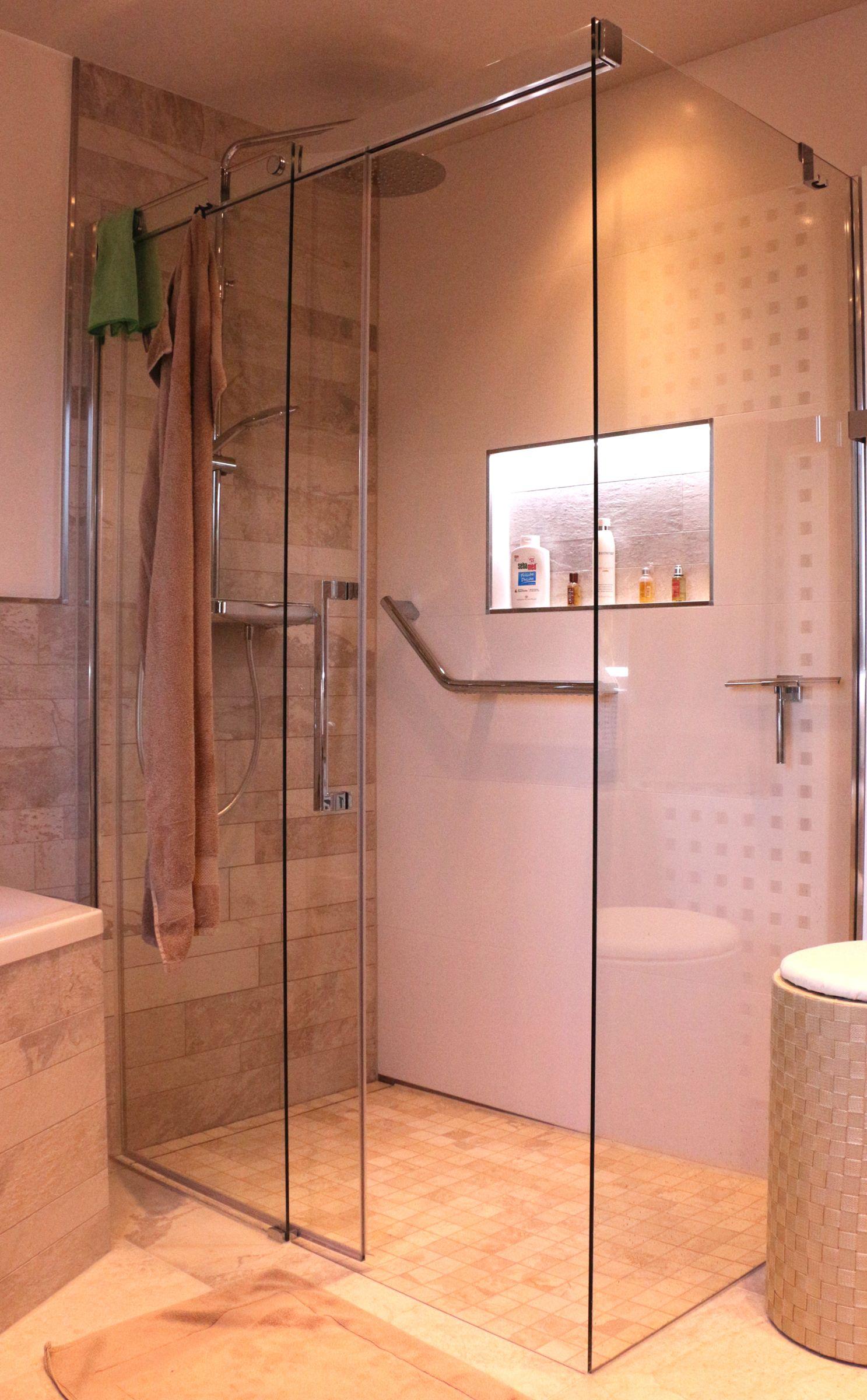 Eine Wandnische in der Dusche ist ein schöner Abstellplatz