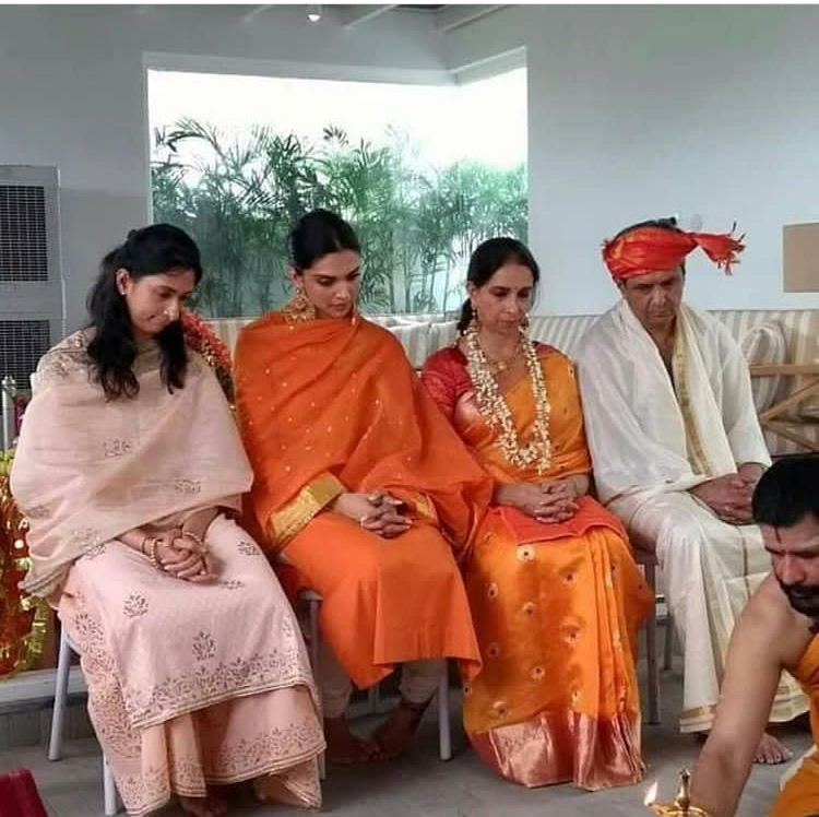 Unseen Picture Of Deepika Padukone With Her Parents During Nandi Puja Is True Personification Of Pure Love Hungryboo Deepika Padukone Style Deepika Padukone Bollywood Wedding