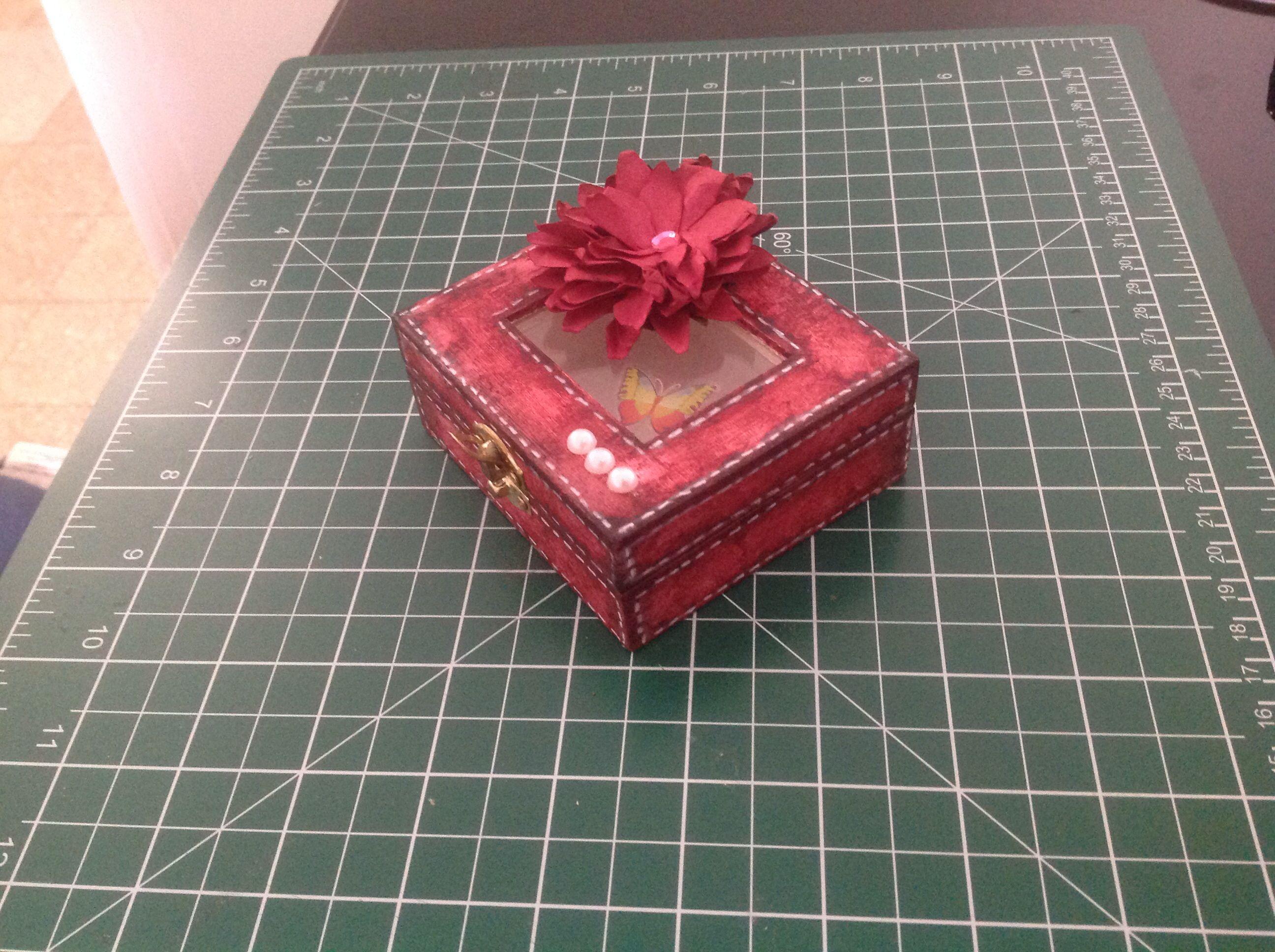 Caja de madera pintada con acrílico