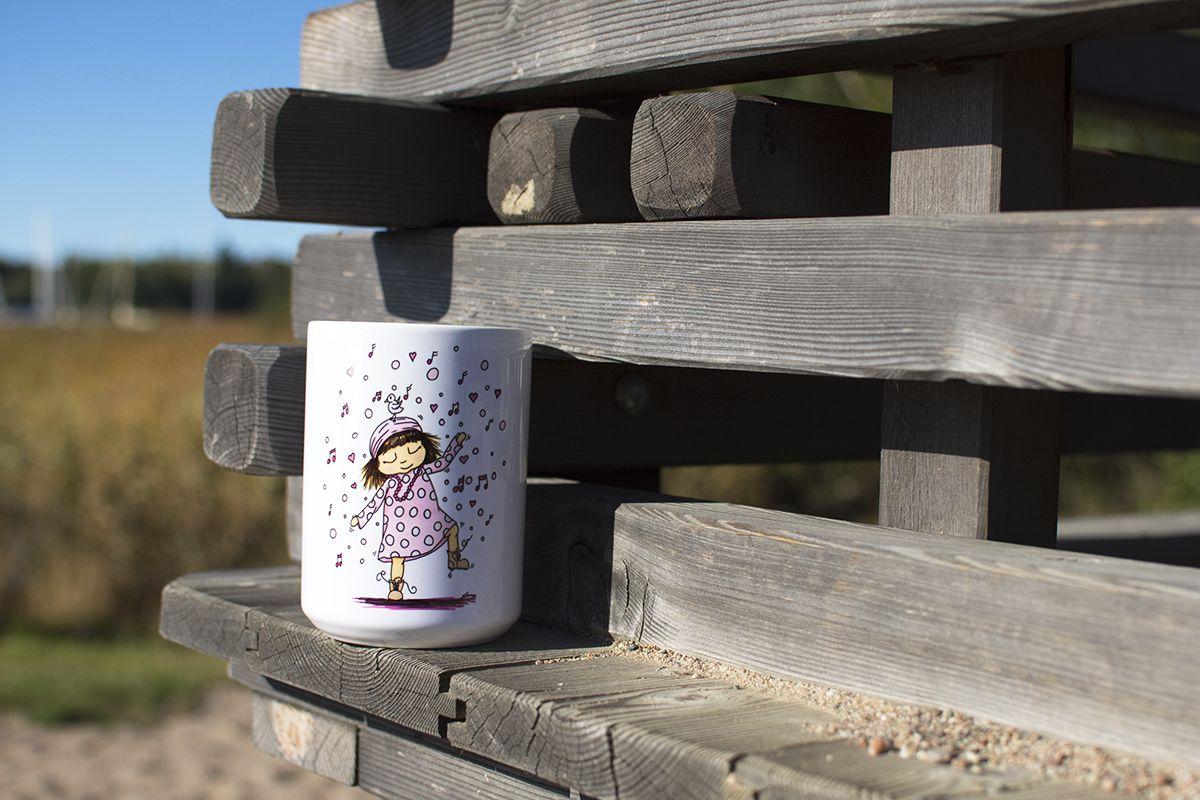 Jumbomugg med Hippie Girl på strand. Sverige.  Illustration och foto: Emma Svalander