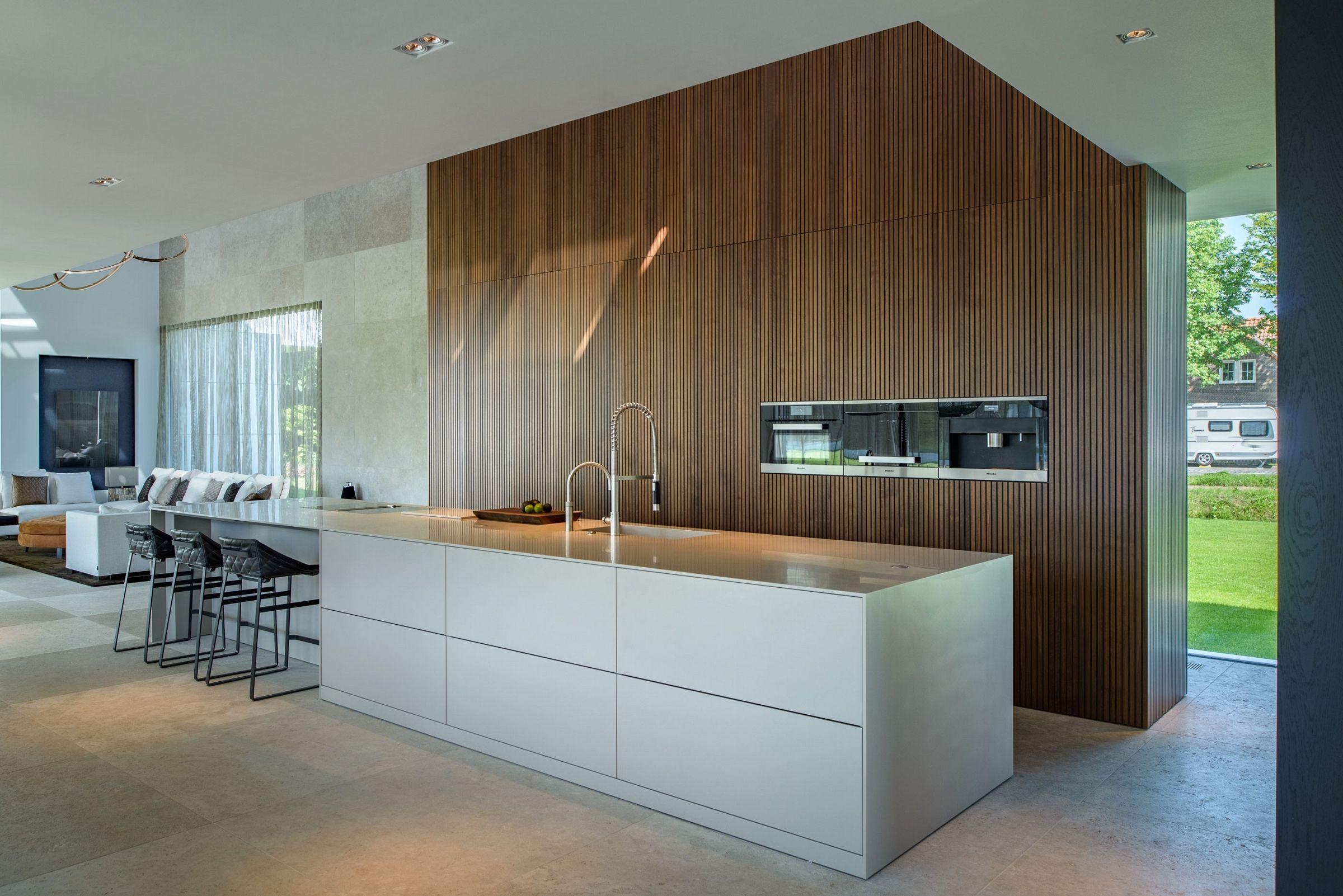 De Amerikaans Noten Keukenwand Is Functioneel Als Keukenkast, Roomdivider  En Trapwand. Het Eiland Is