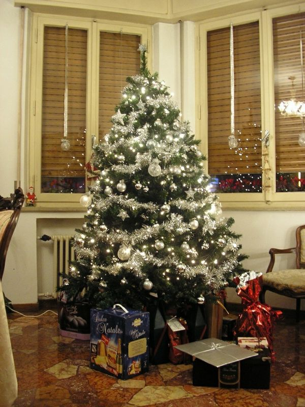 1001 ideen f r weihnachtsbaum schm cken wei und silber als tannenbaumdekoration tannenbaum. Black Bedroom Furniture Sets. Home Design Ideas