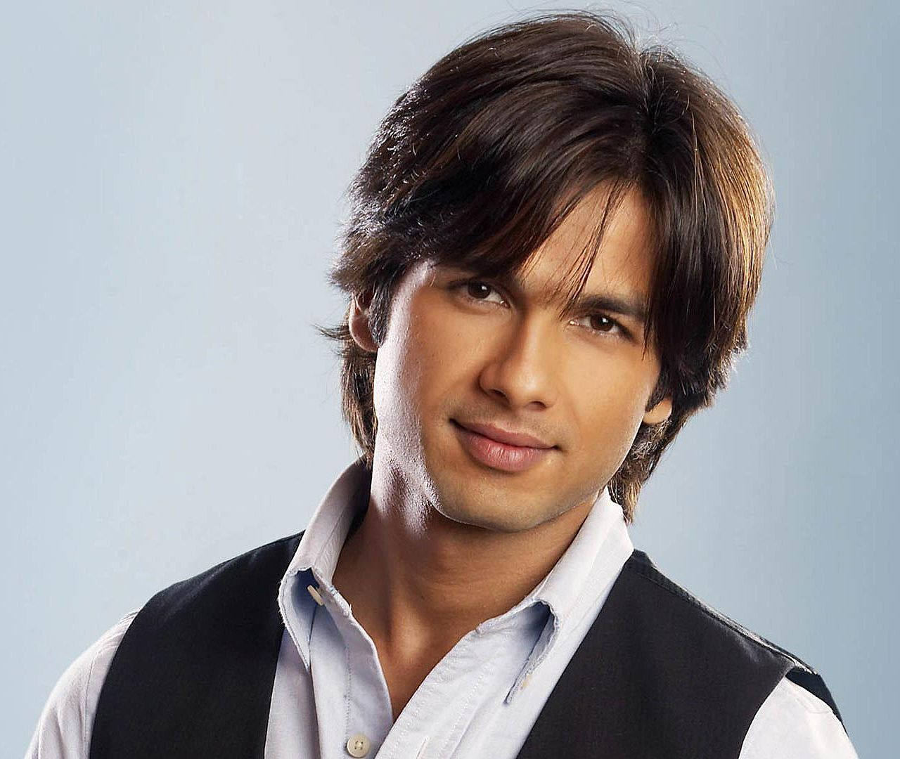 Shahid Kapoor Hairstyle And Haircut Picutes Where You Can Inspire For The Latest Fashion Trends Bollywood Actors Actors Shahid Kapoor