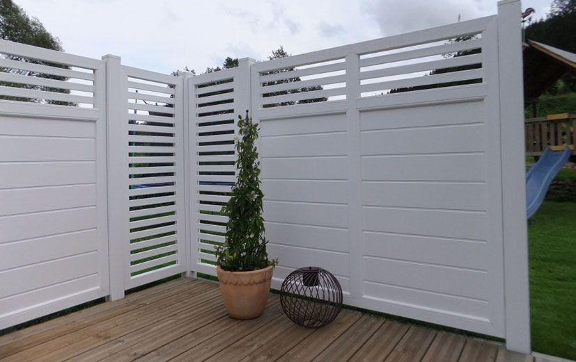 weißer Kunststoff DesignSichtschutz auf Terrasse in 2019