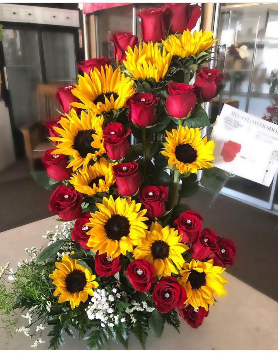 Sunflower And Rose Bouquet In 2020 Sunflower Arrangements Sunflower Centerpieces Red Sunflowers