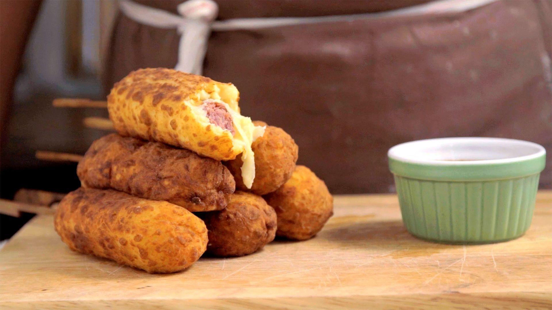 Receita de Linguiça Empanada do Palito, faça e sirva para seus amigos e familiares, é garantia de sucesso na cozinha, experimente fazer também, confira.