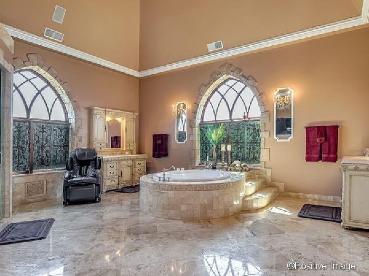 8 Amazing Modern Castles In 2020 Modern Castle Mansion Interior