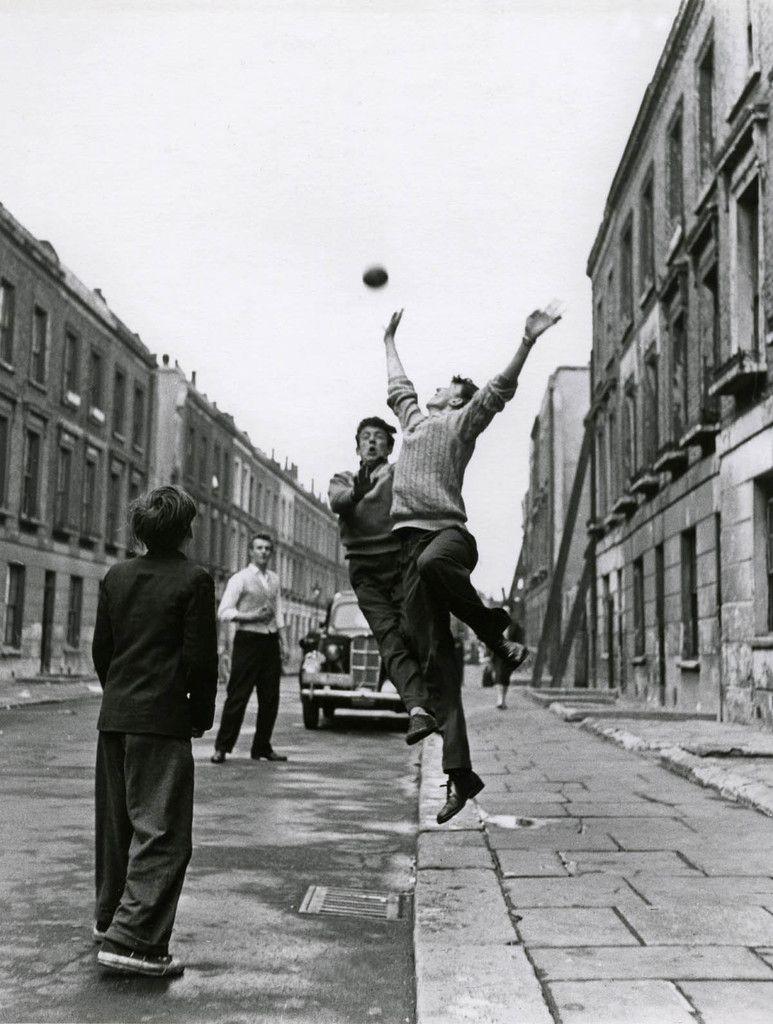 Ninos Jugando Futbol En La Calle En Brindley Road Foto De Roger
