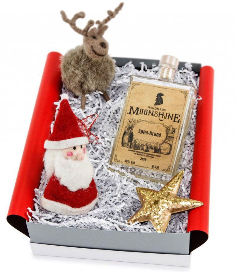 It´s Christmas Time! Noch nicht, aber lange ist es auch nicht mehr hin und eigentlich kann es nie schaden, das Weihnachtsgeschenk schon früh zu  bunkern. So erspart man sich den ganzen vorweihnachtlichen Stress und startet mit guter Laune und entspannt in die Weihnachtszeit.   Das Geschenkset beinhaltet einen Nikolaus Eierwärmer, eine Plüsch-Rentier und eine Flasche mit leckerem, handgemachten Likör. Die hochwertige Geschenkbox, wurde explizit für ideas in boxes gefertigt.