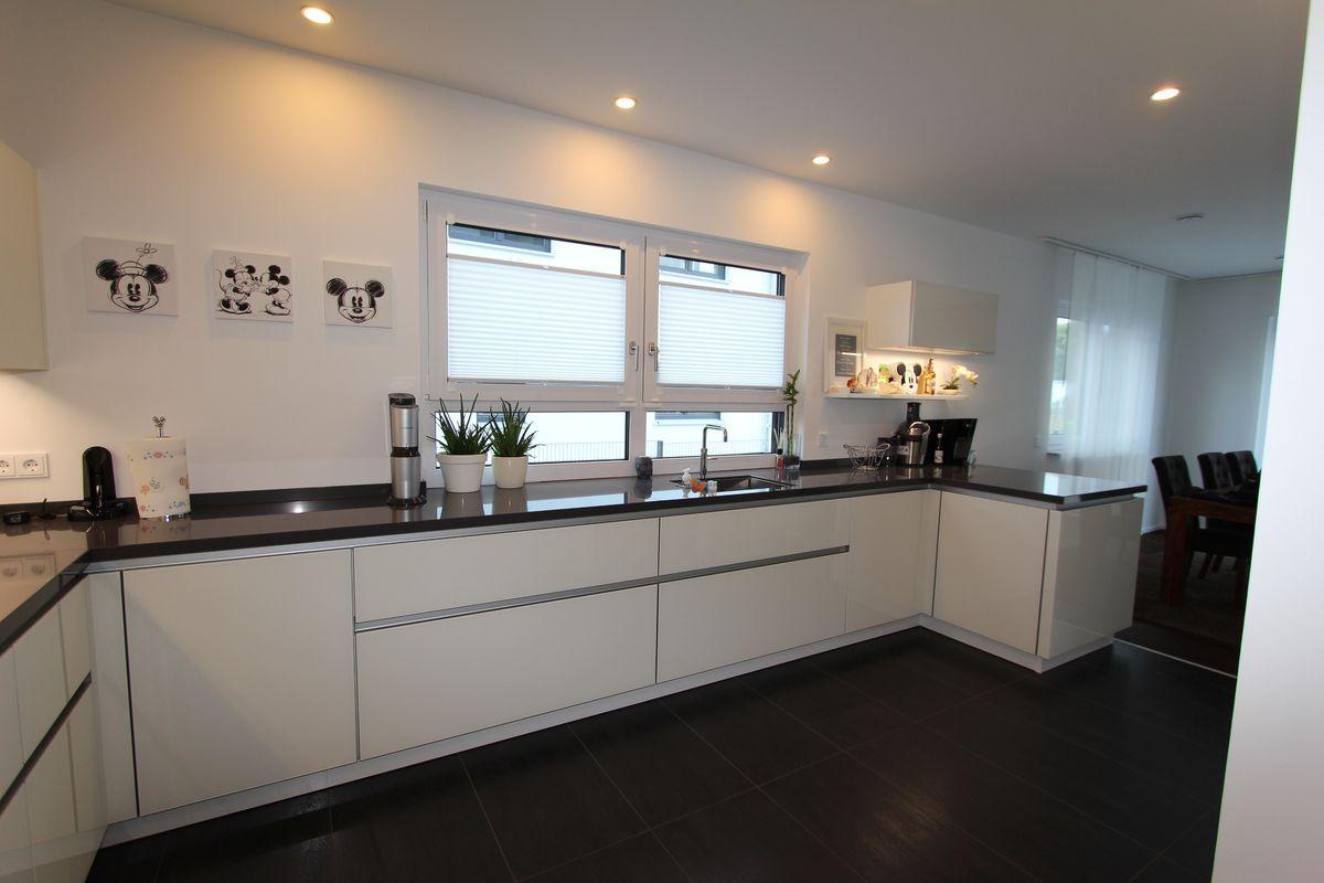 LEICHT Glass glänzend grifflose Weiße Küche / APL Beach Dark Grey