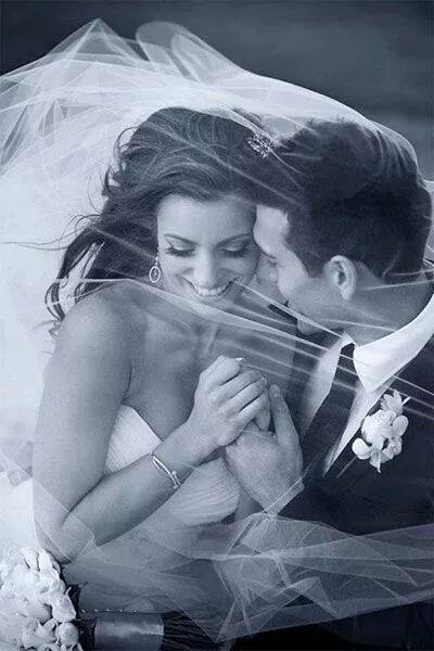 Bruid en bruidegom romantisch onder sluier bruid