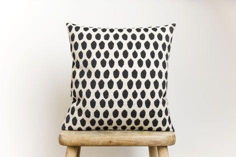 Coussin Elca 100% pure laine Merinos par Tori Murphy qui a remonté une filière complète dans les ateliers du Lancashire et du Yorkshire où elle laisse libre court à sa passion pour les motifs décoratifs, les textures textiles et la couleur.