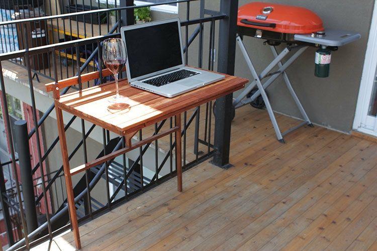 Balkon Ideen Klapptisch Gelaender Holz Laptop Weinglas Kleines Balkon Dekor Balkon Dekor Holzlatten