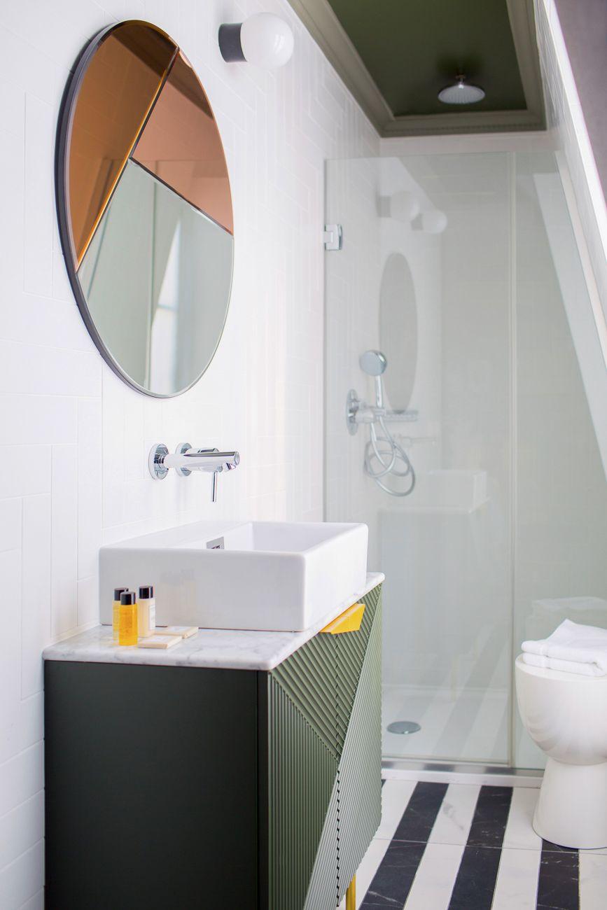La salle de bain au style art déco crée la surprise avec son ...