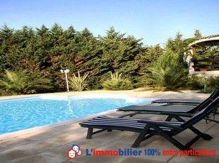 Grande maison provençale. Terrain clos arboré, piscine et bassin. Salon double séjour 45+35m², cuisine fermée. Suite parentale. 2 chambres. Salle de bains. Bel agencement et prestations de qualité: Eolienne neuve, panneaux photovoltaîques. http://www.partenaire-europeen.fr/Annonces-Immobilieres/France/Languedoc-Roussillon/Herault/Vente-Maison-Villa-F7-BESSAN-813109 #maison #piscine