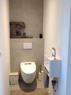 Toilet met gietvloer gestucte muren zonder tegels - badkamer ...