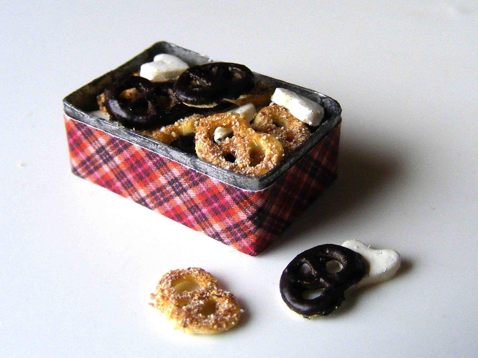 Pretzel and heart cookies - Miniature in 1:12 by Erzsébet Bodzás, IGMA Artisan